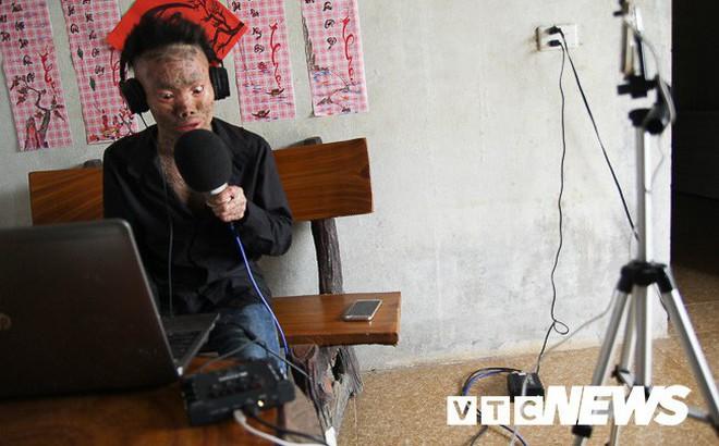 Ảnh: 'Người cá' Ngô Văn Thọ dũng cảm livestream trên facebook để không bị 'hòa tan'
