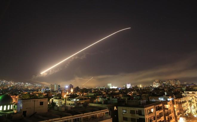7 ngày qua ảnh: Tên lửa phòng không thắp sáng bầu trời thủ đô Syria