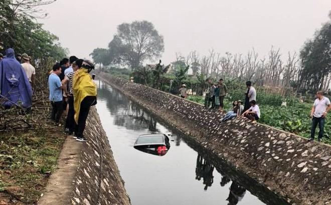 """Ô tô lao xuống mương ở Hà Nội, dân mạng """"đau đầu"""" tìm kiếm nguyên nhân"""