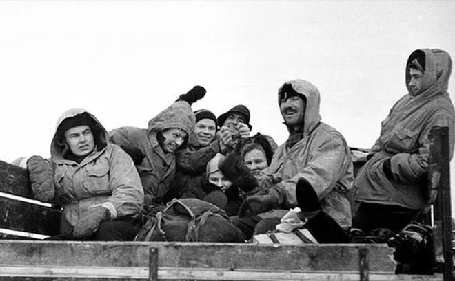 """Cái chết bí ẩn của 9 người leo núi xấu số trên Đèo Dyatlov: nạn nhân chết vì mất nhiệt, có chấn thương """"không thể do con người gây ra"""", quần áo bị nhiễm xạ nặng"""