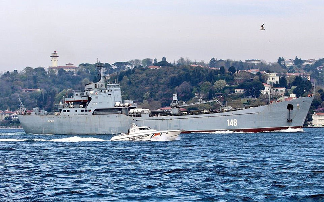 24h qua ảnh: Tàu chiến Nga đưa thêm khí tài quân sự tới Syria - ảnh 2