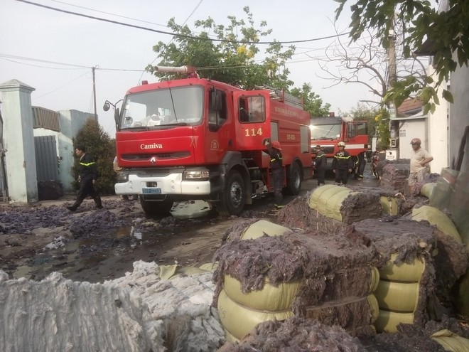 Cháy lớn xưởng tái chế vải vụn ở vùng ven Sài Gòn, nhiều công nhân tháo chạy - Ảnh 6.