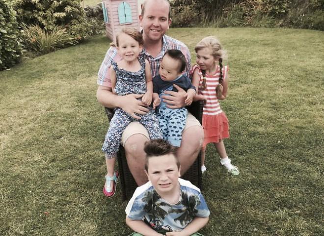 Người cha đồng tính nhận nuôi 4 con khuyết tật suốt 10 năm: Họ hỏi rằng con tôi cũng sẽ bê đê à hay tôi làm thế chỉ vì tiền? - Ảnh 1.