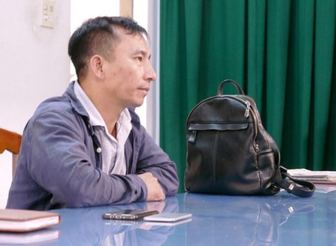 Khởi tố người đàn ông cầm dao phay dọa giết phóng viên - Ảnh 2.