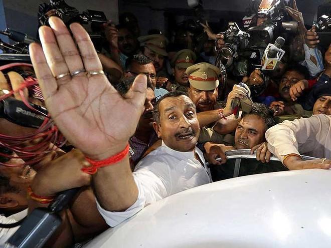 Thiếu nữ bị hiếp dâm tự thiêu, Ấn Độ bắt giữ nghị sĩ - Ảnh 1.