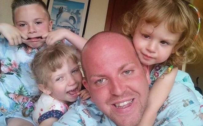 """Người cha đồng tính nhận nuôi 4 con khuyết tật suốt 10 năm: """"Họ hỏi rằng con tôi cũng sẽ """"bê đê"""" à hay tôi làm thế chỉ vì tiền?"""""""