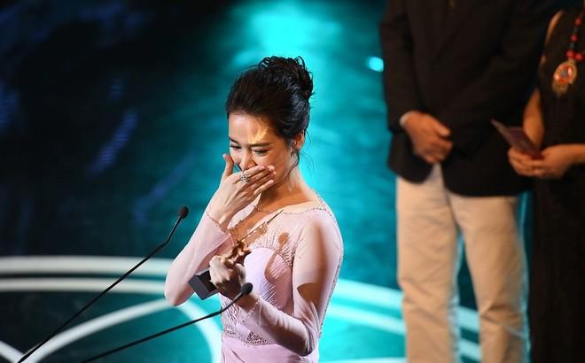 Lễ trao giải Cánh diều: Nhã Phương khóc giữa sân khấu