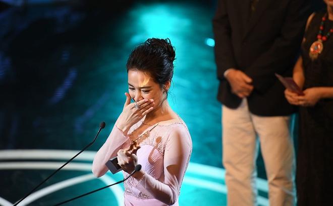 Clip Nhã Phương khóc nghẹn giữa sân khấu
