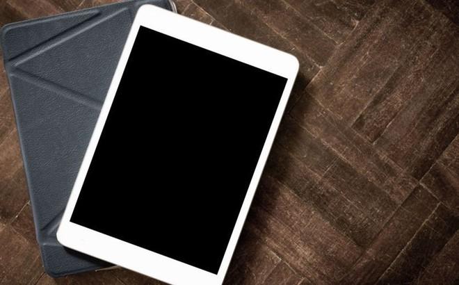"""Nghị sĩ Nga giẫm nát iPad để """"trả thù"""" trừng phạt của Mỹ"""