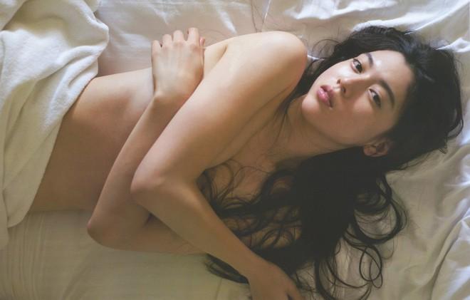 Mỹ nữ Nhật trên tạp chí Playboy: Thân hình nóng bỏng, gương mặt ngây thơ - Ảnh 3.