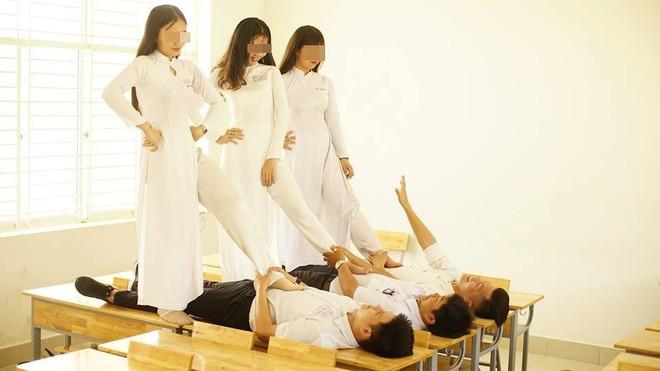 Chụp ảnh khó hiểu trong trang phục áo dài, nhóm học sinh bị dân mạng chỉ trích mạnh mẽ - ảnh 2