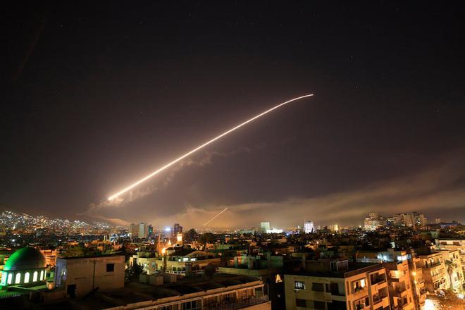 Những bức ảnh tố cáo phòng không Syria bắn mò, không chặn được tên lửa của liên quân - Ảnh 2.