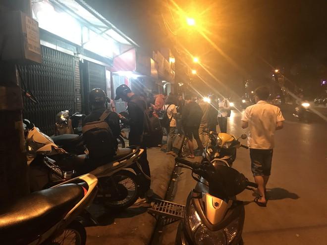 Người đàn ông cầm vật giống súng lao vào cướp tiệm vàng ở Hà Nội trong đêm - Ảnh 3.
