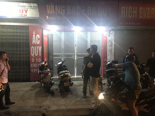Người đàn ông cầm vật giống súng lao vào cướp tiệm vàng ở Hà Nội trong đêm - Ảnh 4.