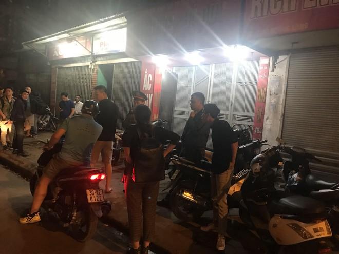 Người đàn ông cầm vật giống súng lao vào cướp tiệm vàng ở Hà Nội trong đêm - Ảnh 5.
