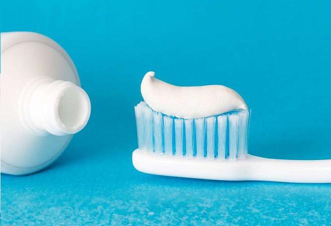 Nhúng kem đánh răng vào nước trước khi đánh răng liệu có tốt hơn: Hãy nghe bác sĩ khuyên - Ảnh 2.