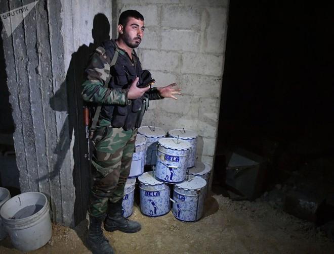 Ảnh: Cận cảnh kho chứa vũ khí hóa học của phiến quân vừa bị phát hiện ở Syria - Ảnh 2.
