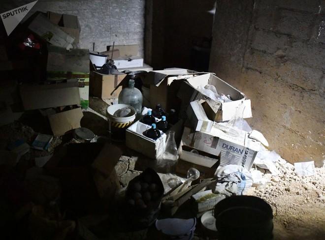 Ảnh: Cận cảnh kho chứa vũ khí hóa học của phiến quân vừa bị phát hiện ở Syria - Ảnh 3.