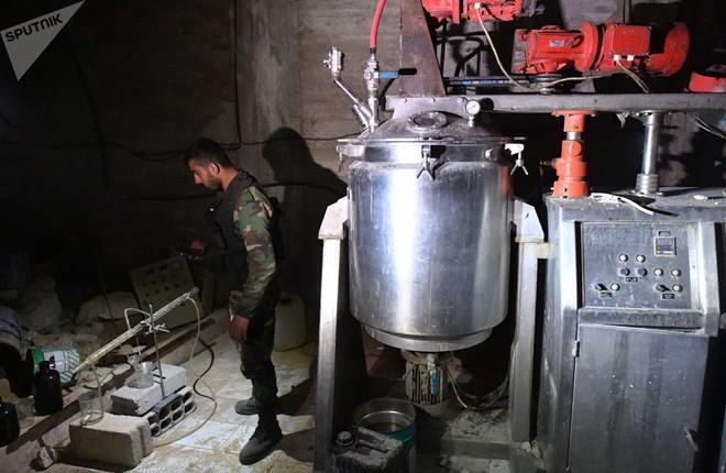 Ảnh: Cận cảnh kho chứa vũ khí hóa học của phiến quân vừa bị phát hiện ở Syria - Ảnh 4.