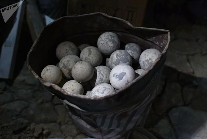 Ảnh: Cận cảnh kho chứa vũ khí hóa học của phiến quân vừa bị phát hiện ở Syria - Ảnh 6.
