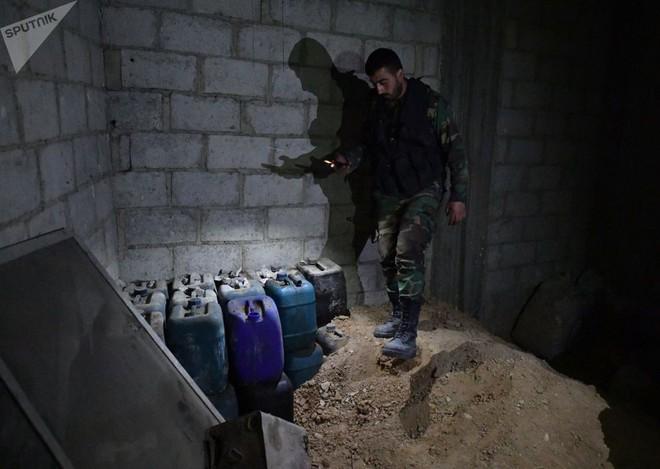 Ảnh: Cận cảnh kho chứa vũ khí hóa học của phiến quân vừa bị phát hiện ở Syria - Ảnh 7.