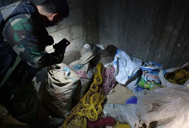 Ảnh: Cận cảnh kho chứa vũ khí hóa học của phiến quân vừa bị phát hiện ở Syria - Ảnh 9.