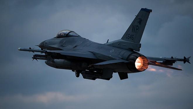 Điểm mặt tất cả máy bay tham gia tấn công Syria: Mỹ dùng loại nào áp chế phòng không Nga? - Ảnh 1.