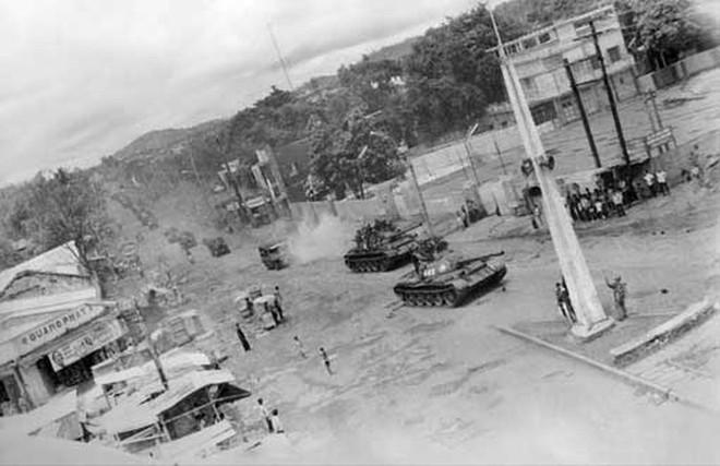 Cánh cửa thép Xuân Lộc bị chọc thủng - Mọi con đường vào Sài Gòn đã mở toang - Ảnh 1.