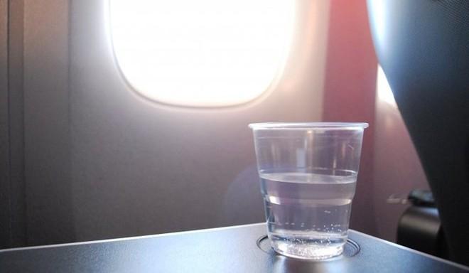 Hành khách không nên ăn những thứ này khi đi máy bay - Ảnh 1.
