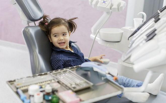 Bé thay răng, chờ lung lay tự nhổ hay đến nha sĩ?
