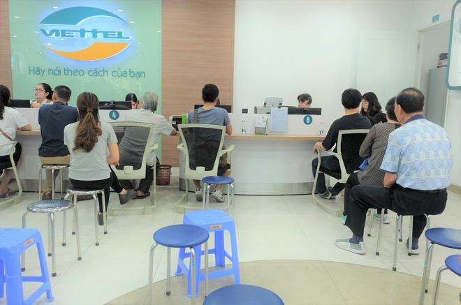 Các văn phòng Viettel Hà Nội vắng vẻ trong ngày đầu lùi hạn bổ sung thông tin thuê bao - Ảnh 2.