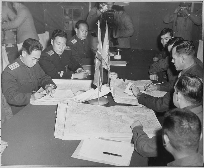 Lễ ký Hiệp định đình chiến Triều Tiên 1953: Căng thẳng tột độ, nghe rõ tiếng pháo vọng lại từ xa - Ảnh 1.