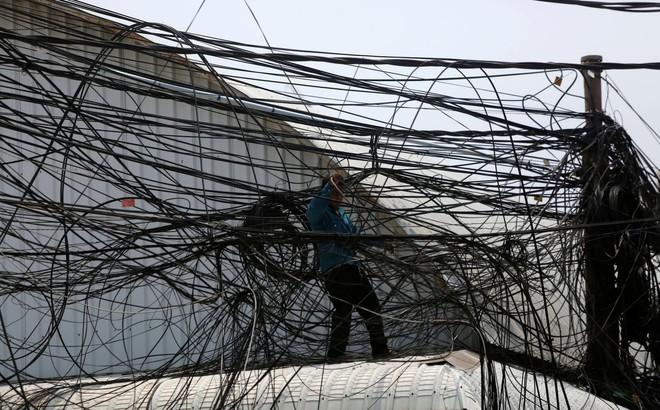 24h qua ảnh: Hệ thống lưới điện chằng chịt như mạng nhện ở Campuchia