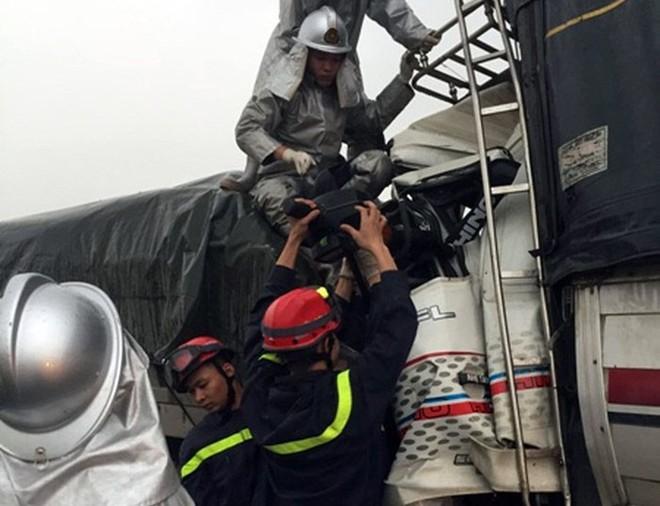 Cảnh sát cứu 3 người kẹt trong cabin sau tai nạn trên cao tốc - Ảnh 4.