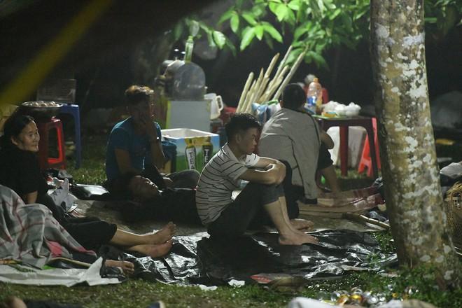 Du khách, trẻ nhỏ ngủ qua đêm la liệt tại đền Hùng - Ảnh 14.