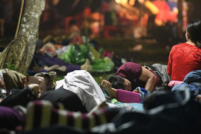 Du khách, trẻ nhỏ ngủ qua đêm la liệt tại đền Hùng - Ảnh 10.