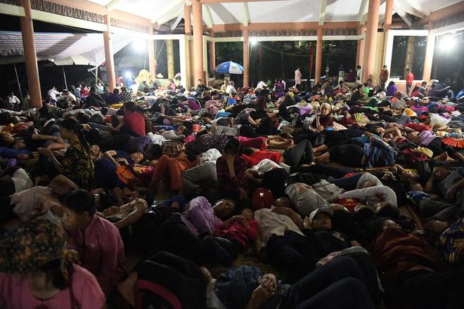 Du khách, trẻ nhỏ ngủ qua đêm la liệt tại đền Hùng - Ảnh 2.