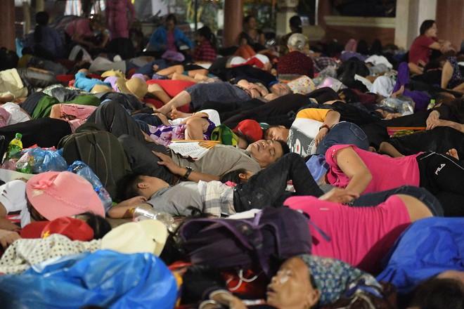 Du khách, trẻ nhỏ ngủ qua đêm la liệt tại đền Hùng - Ảnh 3.