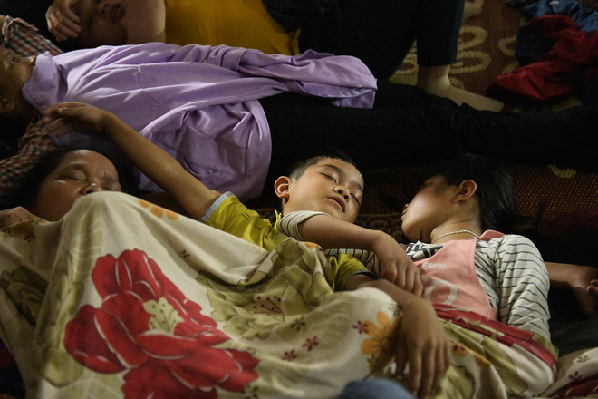 Du khách, trẻ nhỏ ngủ qua đêm la liệt tại đền Hùng - Ảnh 7.