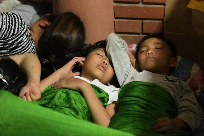 Du khách, trẻ nhỏ ngủ qua đêm la liệt tại đền Hùng - Ảnh 6.