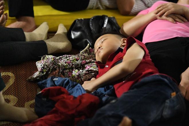 Du khách, trẻ nhỏ ngủ qua đêm la liệt tại đền Hùng - Ảnh 5.