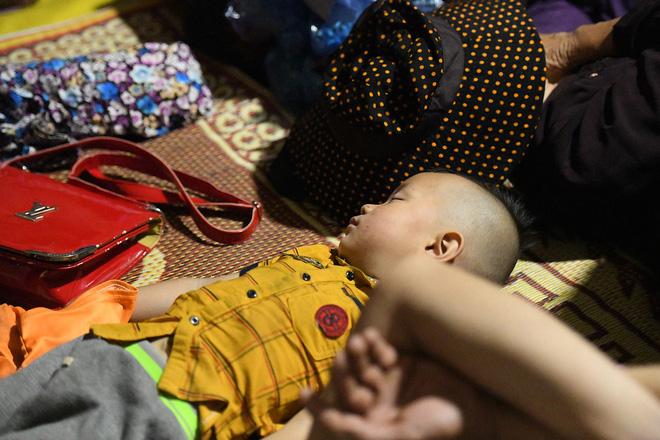 Du khách, trẻ nhỏ ngủ qua đêm la liệt tại đền Hùng - Ảnh 4.