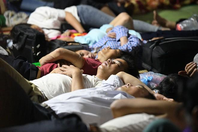 Du khách, trẻ nhỏ ngủ qua đêm la liệt tại đền Hùng - Ảnh 8.