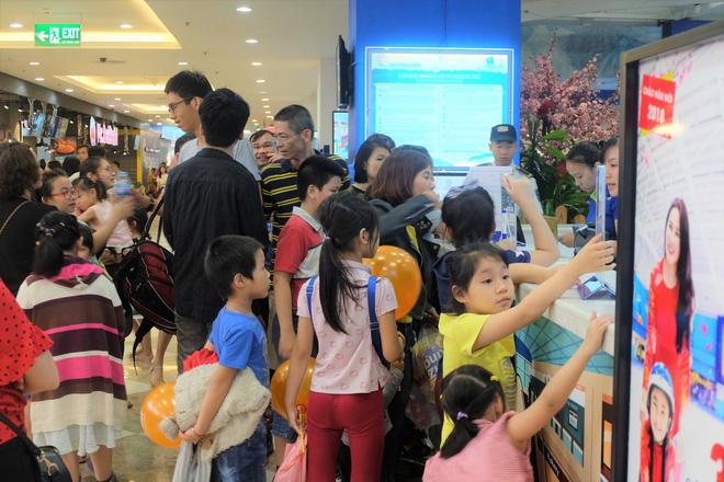 Bế con nhỏ đội mưa đến các điểm vui chơi ở Hà Nội trong ngày giỗ Tổ Hùng Vương - Ảnh 1.