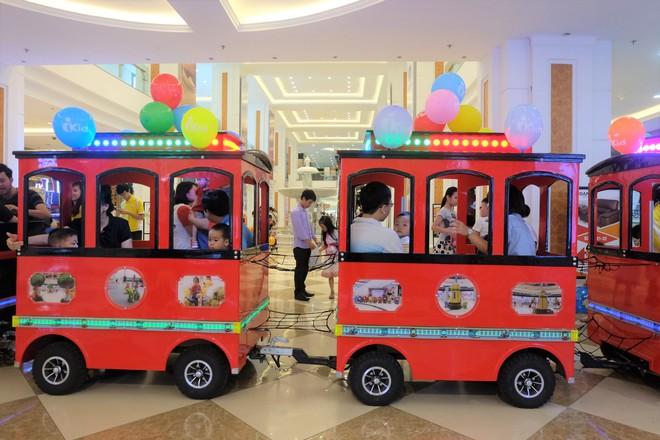 Bế con nhỏ đội mưa đến các điểm vui chơi ở Hà Nội trong ngày giỗ Tổ Hùng Vương - Ảnh 4.