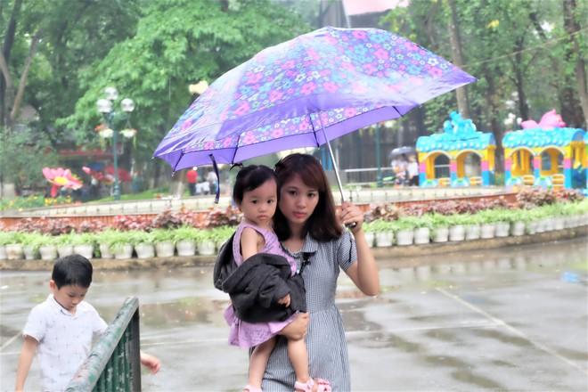 Bế con nhỏ đội mưa đến các điểm vui chơi ở Hà Nội trong ngày giỗ Tổ Hùng Vương - Ảnh 9.