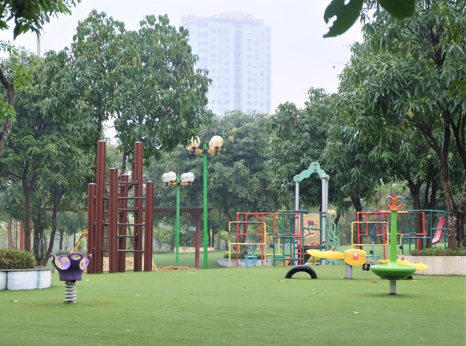 Bế con nhỏ đội mưa đến các điểm vui chơi ở Hà Nội trong ngày giỗ Tổ Hùng Vương - Ảnh 10.
