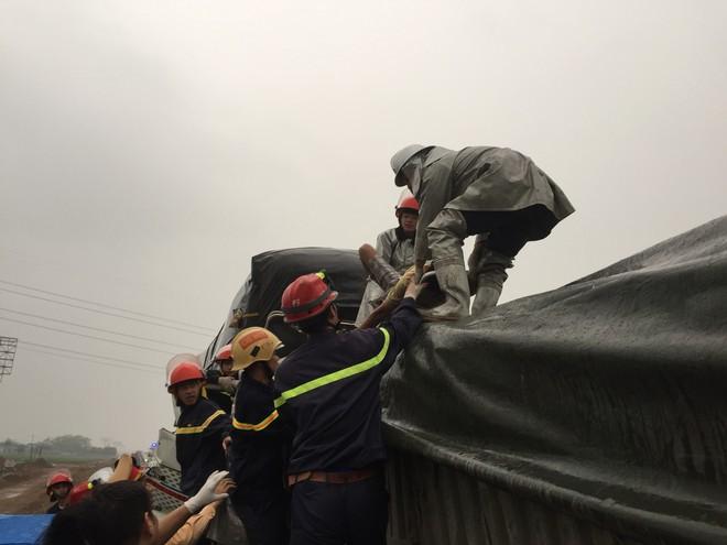 Cảnh sát cứu 3 người kẹt trong cabin sau tai nạn trên cao tốc - Ảnh 3.