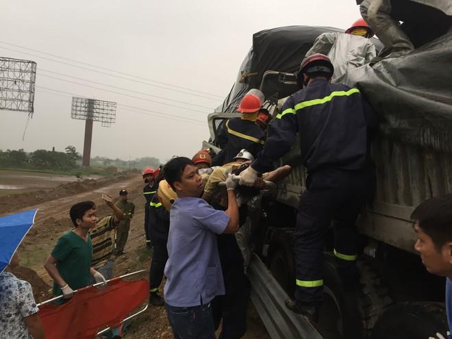 Cảnh sát cứu 3 người kẹt trong cabin sau tai nạn trên cao tốc - Ảnh 1.