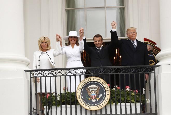 Phản ứng hóa học cực kỳ thú vị giữa 2 TT Trump-Macron: Vỗ đùi, dắt tay đi dọc Nhà Trắng - Ảnh 15.